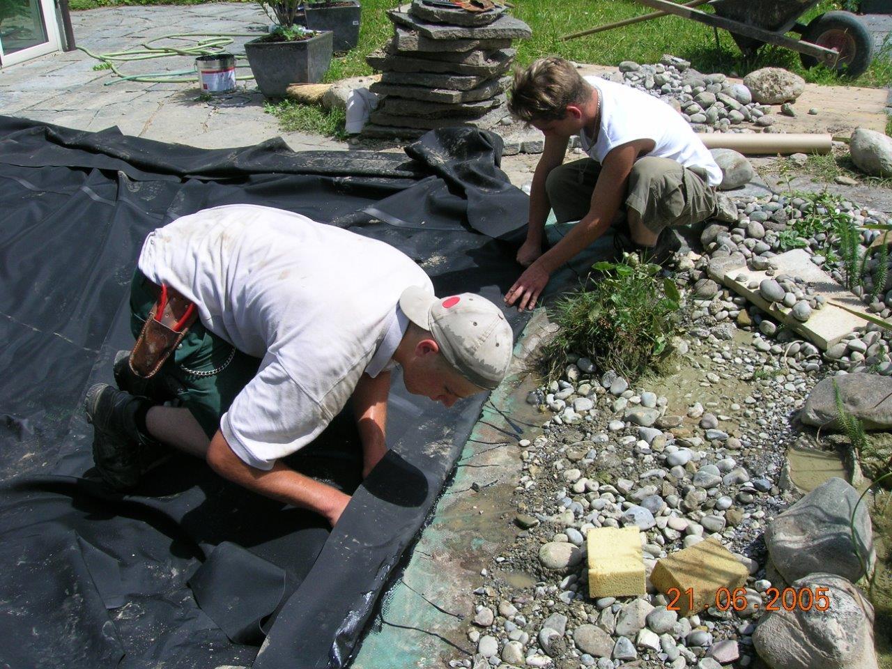 Vorbereitungsarbeiten der Teichfolie beim Anlegen des Biotops