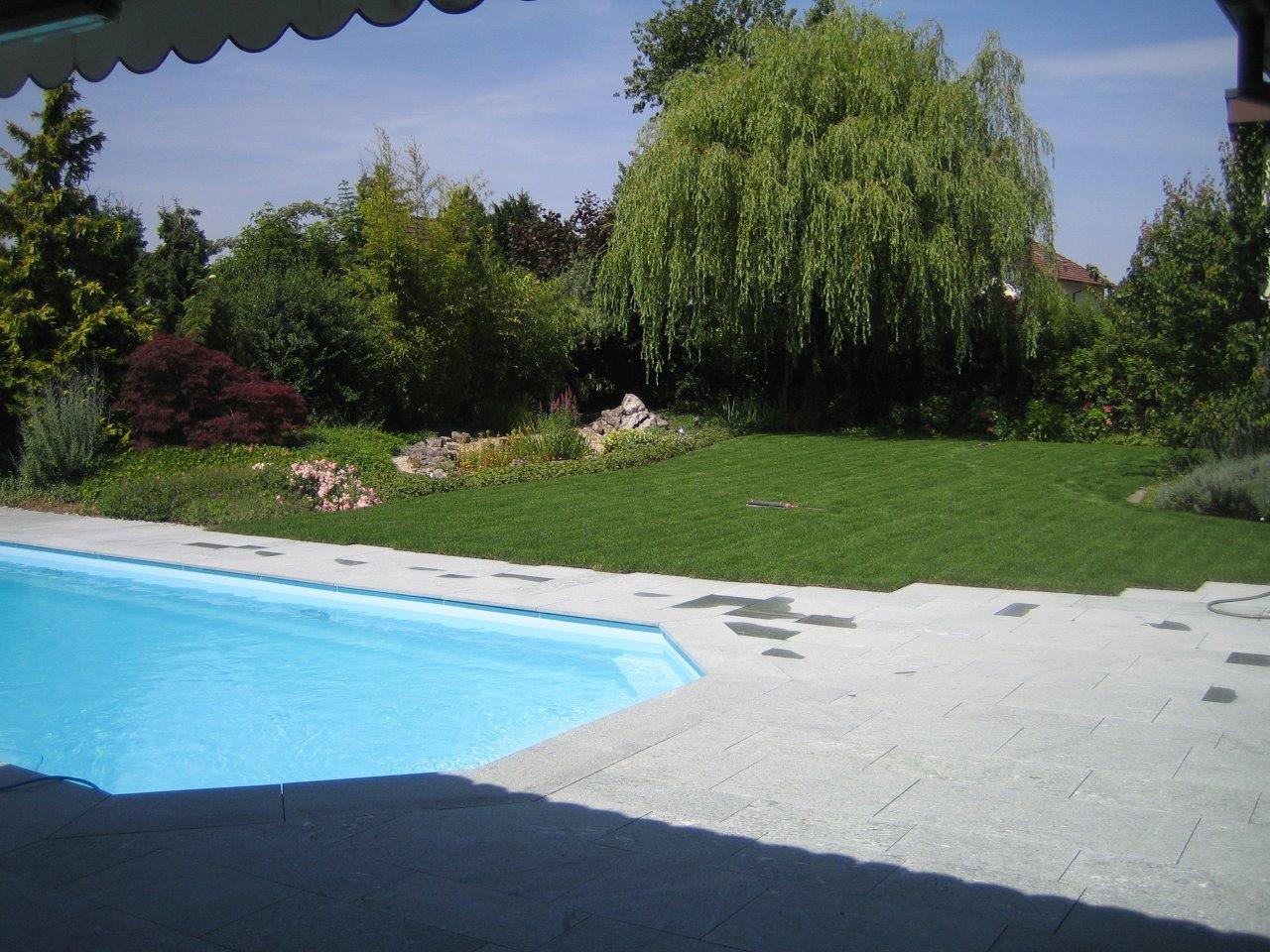 Gartenanlage mit Pool und Andeer-Natursteinplatten