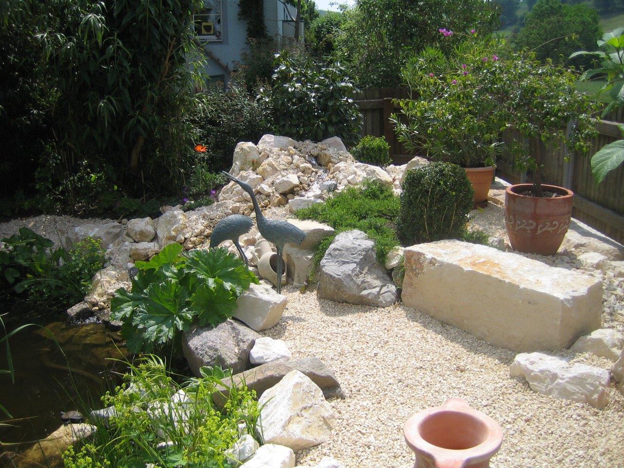 Gartenanlage mit Jurakalk Gestaltungssteinen und Bepflanzung