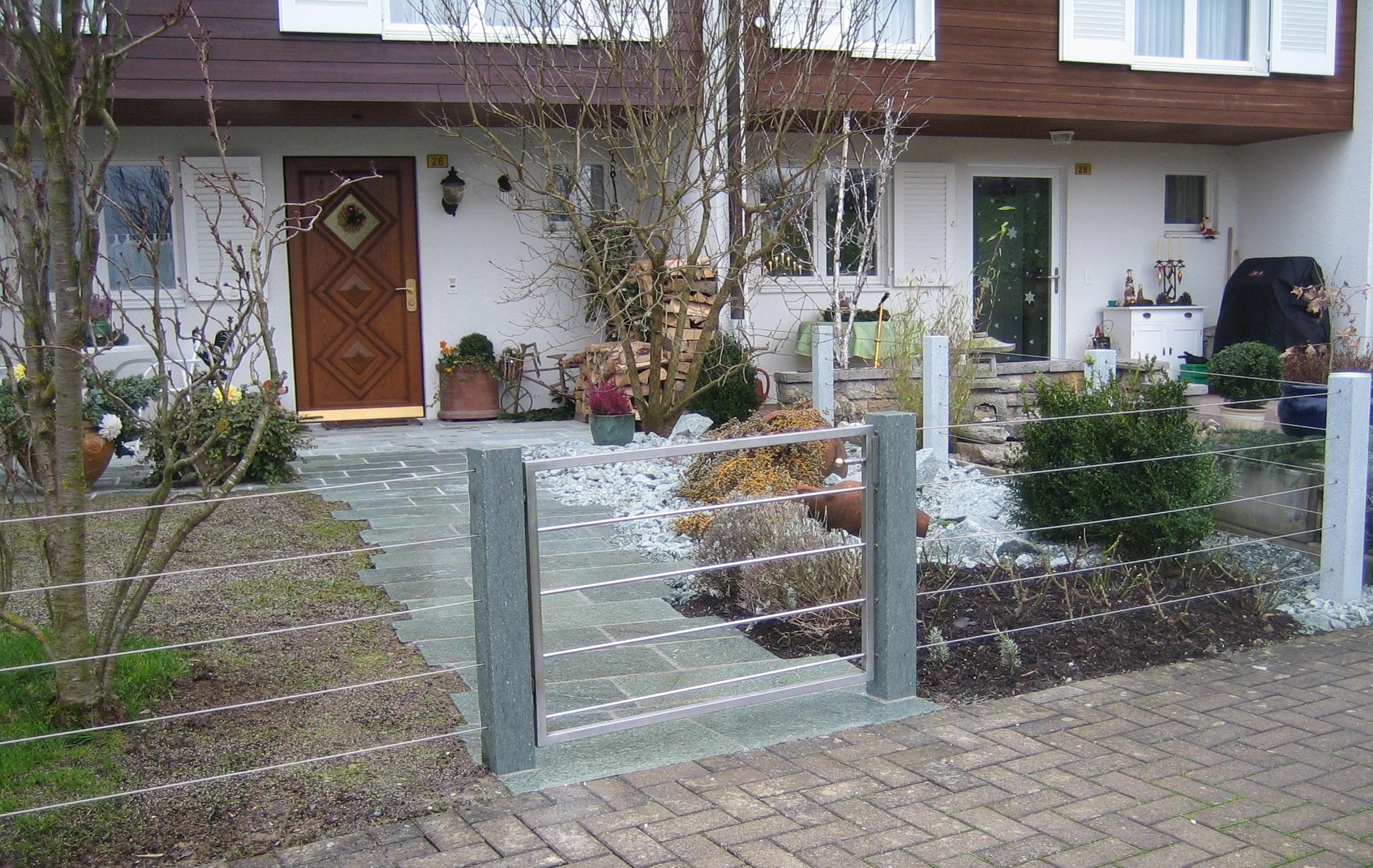 Neugestaltung Eingangsbereich: Gartenplatten Andeer, Pfosten für neuen Zaun, Steingarten und Bepflanzung