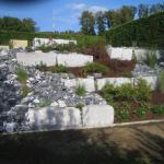 Böschungsgestaltung mit Granit-Mauersteinen, Steingarten mit Bündner, Bepflanzung mit Rosen