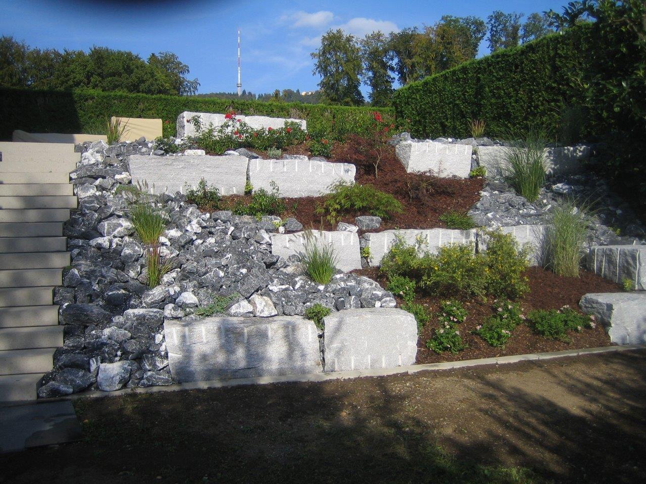 Fesselnd Böschungsgestaltung Mit Granit Mauersteinen, Steingarten Mit Bündner,  Bepflanzung Mit Rosen
