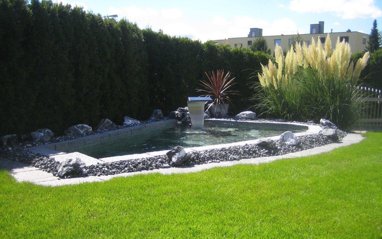 Gestaltung Wasserspiel: Becken mit Sitzgelegenheit mit Granitsteinen