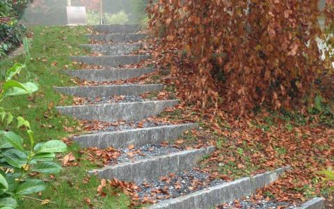 Treppenstufen mit Granitstellriemen, mit Kies aufgefüllte Tritte