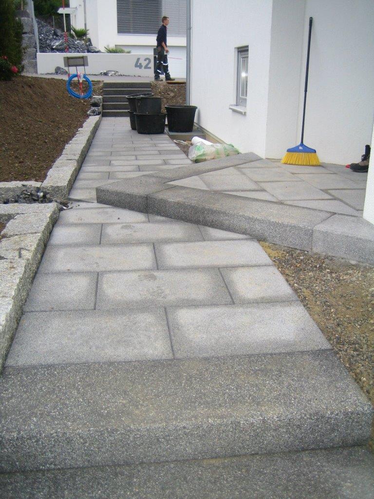 Gestaltung Eingangsbereich mit Gartenplatten und Betonstufen