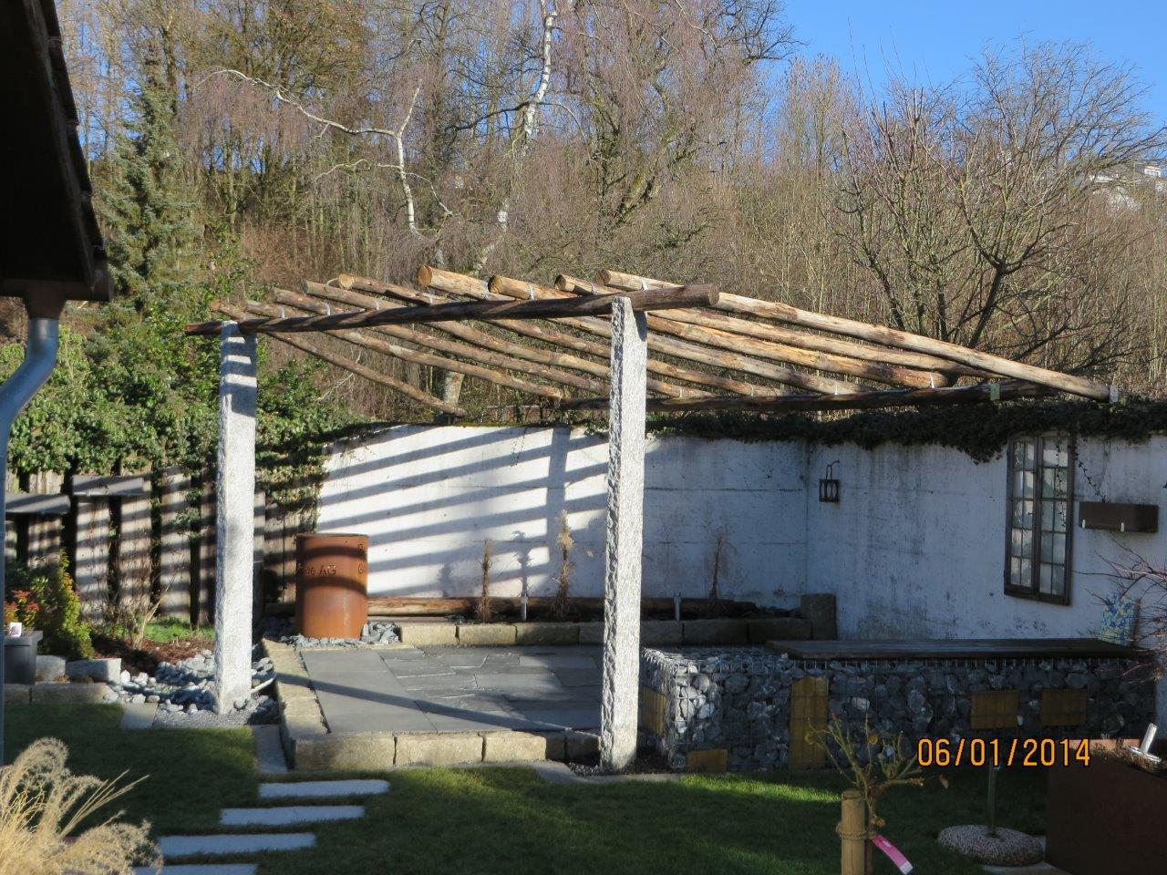 Lehrlingsprüfungsarbeit: Granitplatten formwild, Pergola mit Granitstelen und Kastanienholz