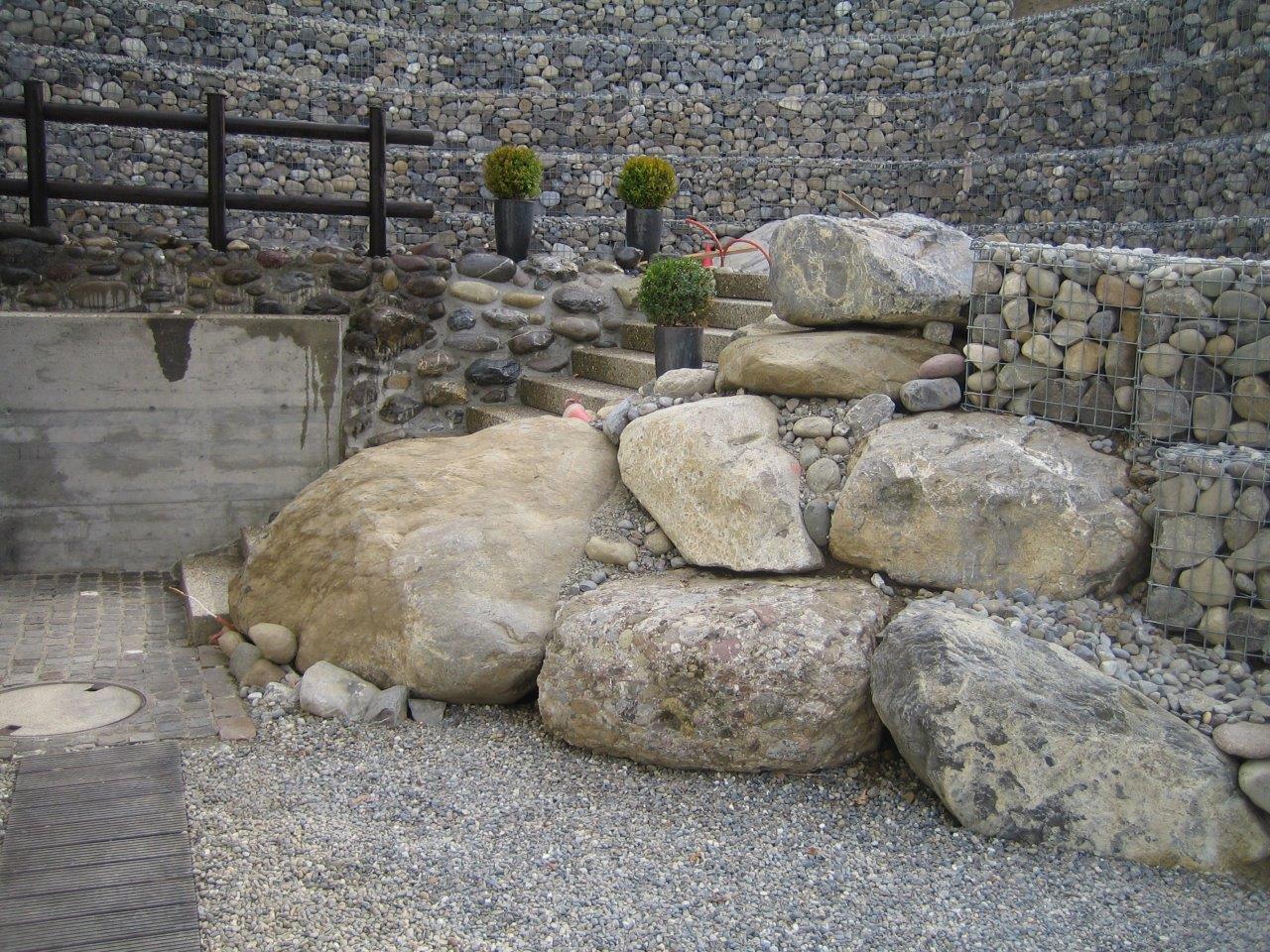Mauer mit grossen Natursteinen