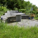 """Natursteinplatz mit integriertem Sitzbank """"Gneis Granit"""""""