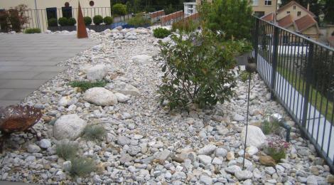 Ein Steingarten bringt neues Leben in den Garten