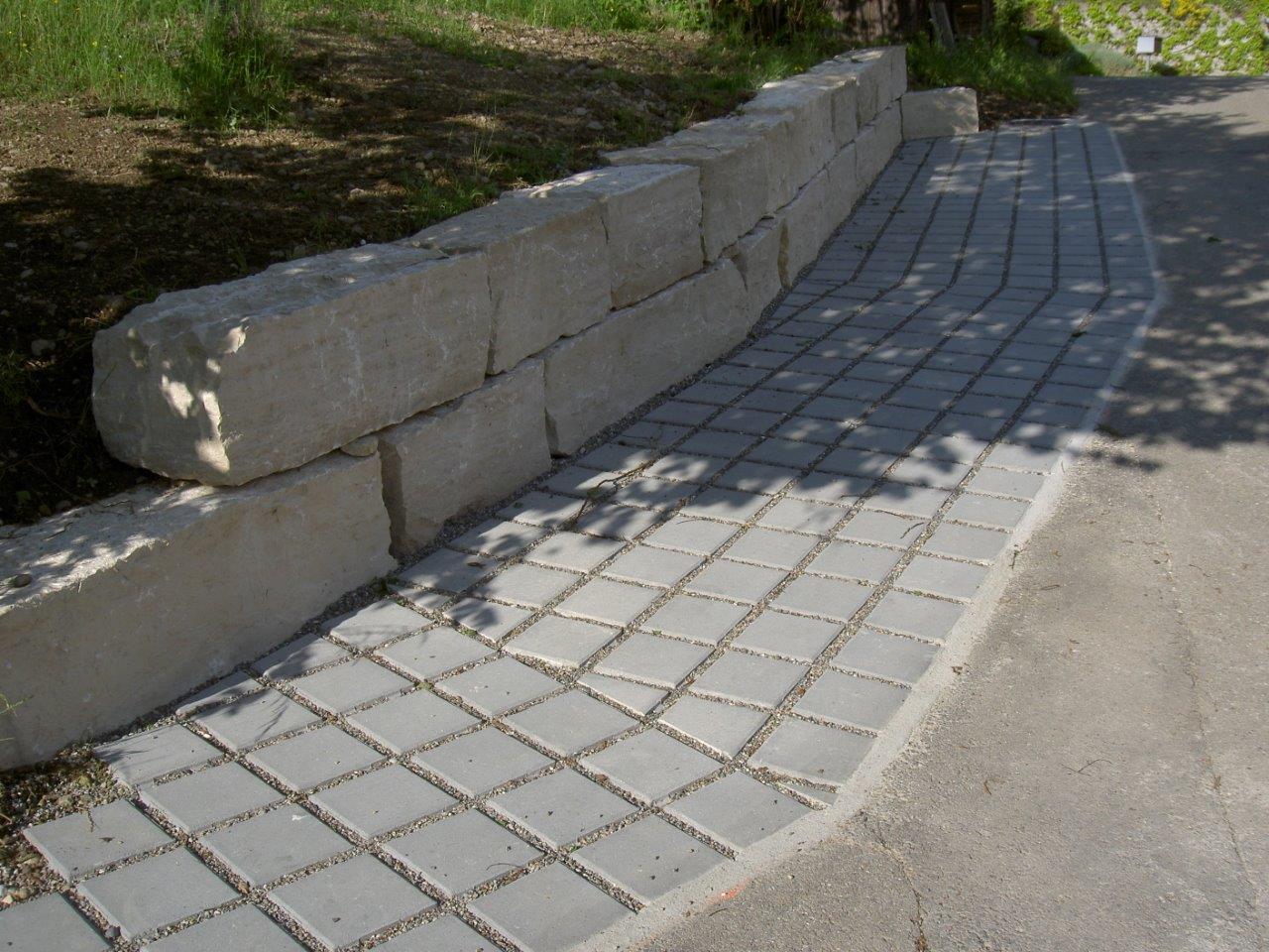 Jurakalk-Mauer, Parkplätze mit Rasengittersteinen