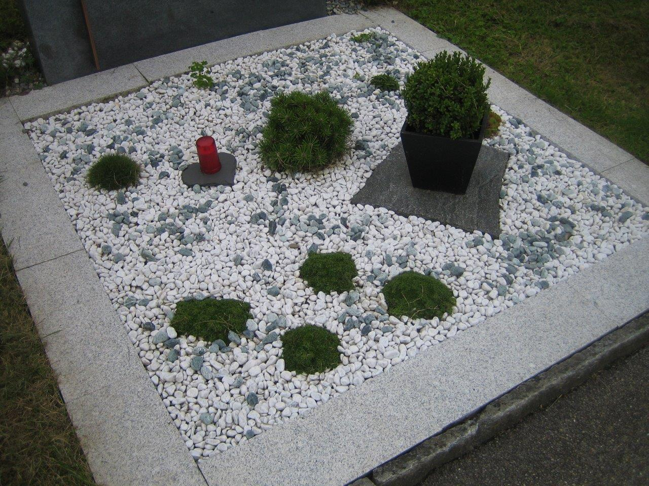Grab-Gestaltung mit Zierkies, Einfassung mit Granitplatten und Steingartenpflanzen
