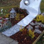 Grab-Gestaltung mit Winterbepflanzung, Abdeckung mit Rinderschnitzel