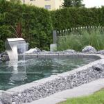 """Wasserspiel mit """"Boyoma"""" (von Oase), Sitzgelegenheit mit Granitsteinen"""
